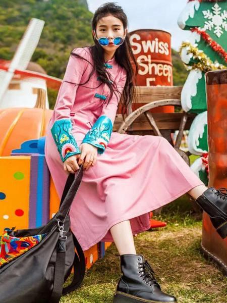 素萝女装品牌2020秋季时尚粉色连衣裙