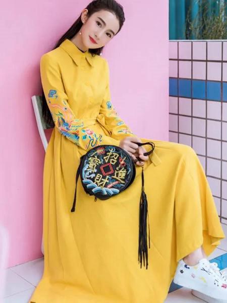 素萝女装品牌2020秋季黄色立领刺绣连衣裙