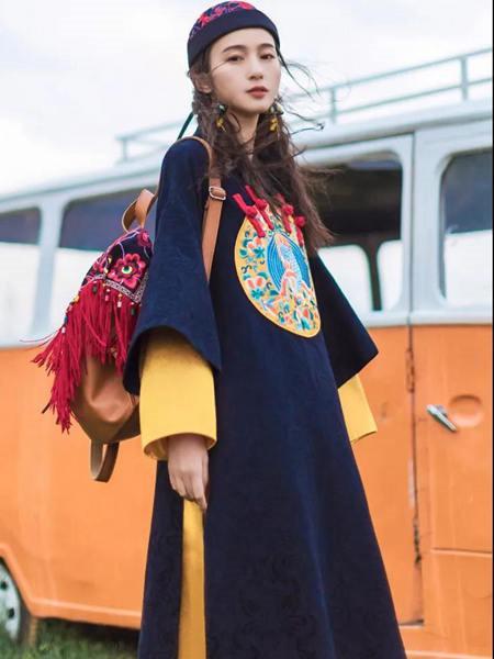 素萝女装品牌2020秋季印花黑色毛呢连衣裙