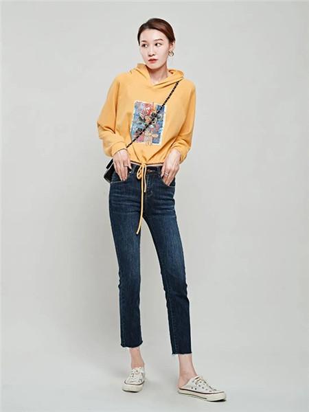 二号街角女装品牌2020秋冬黄色印花带帽卫衣