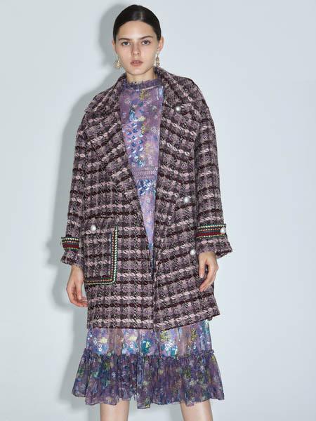 红凯贝尔女装品牌2020秋冬褶皱印花纱裙格子纹大衣