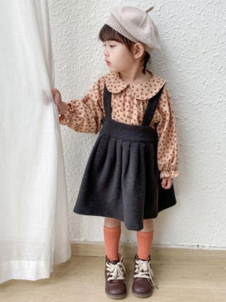 幼米童装品牌2020秋冬女童黑色褶皱背带裙