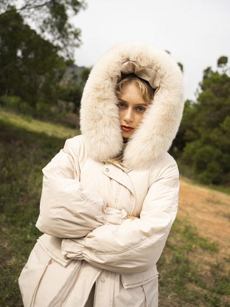 薇薇希女装品牌2020秋冬白色连帽羽绒服