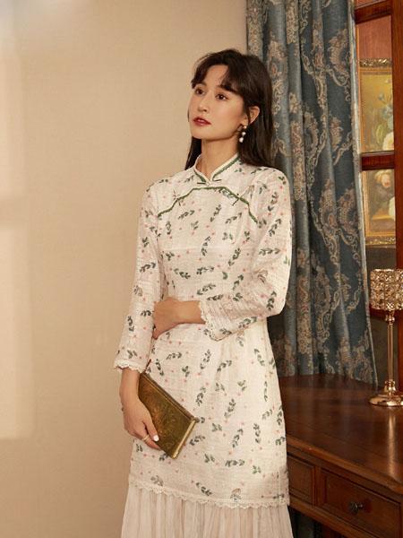 固执女装品牌2020秋冬白色印花圆领连衣裙