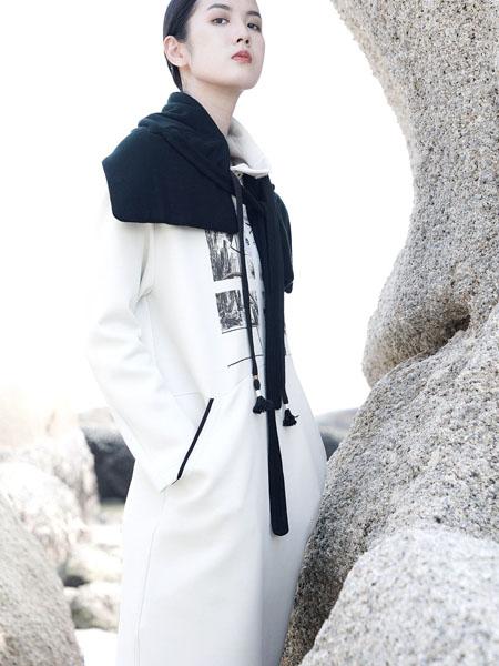 底色女装品牌2020秋冬白色印花舒适上衣
