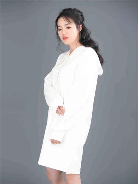 my&juvenilia女装品牌2021春夏白色带帽休闲卫衣