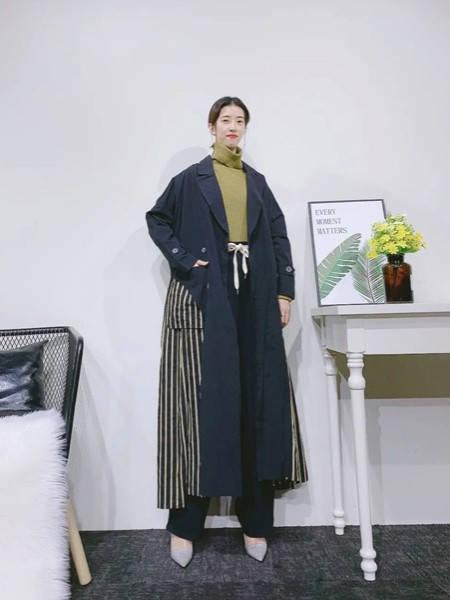 紫布语女装品牌2020秋冬撞色条纹长款大衣