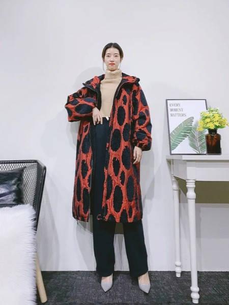 紫布语女装品牌2020秋冬潮流豹纹翻领大衣