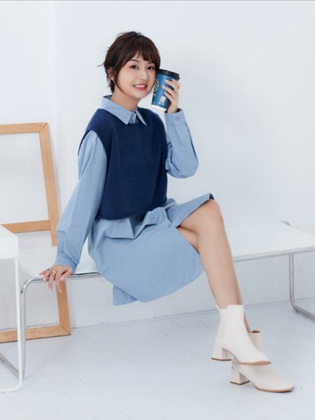 描刻(miaoke)女装品牌2020秋冬蓝色INS风立领针织背心开衫连衣裙