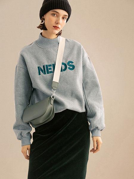 云上写生女装品牌2021春夏中高领字母印花卫衣