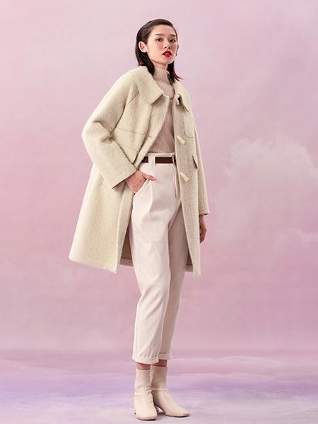 阿依莲女装品牌2020秋冬杏色牛角扣中长款毛呢外套