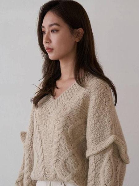 艾匹思女裝品牌2020秋冬杏色落肩獨特花紋針織衫