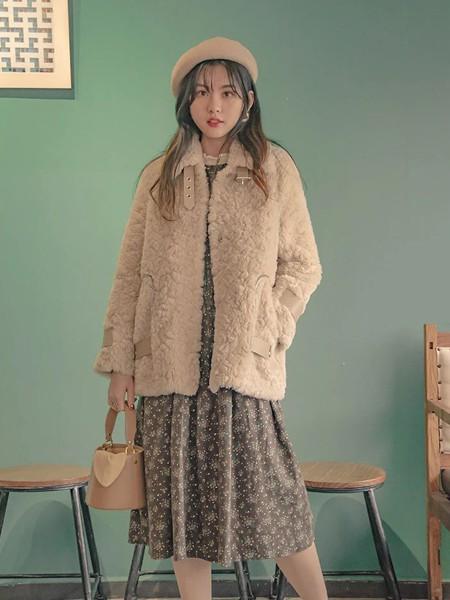 香妲儿女装品牌2020秋冬杏色羊羔绒保暖外套