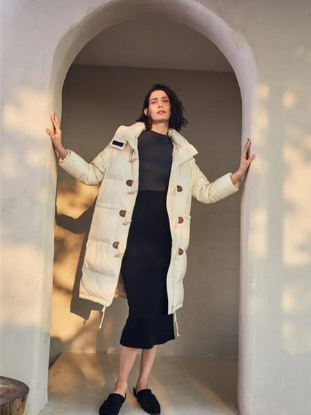 欧海一生女装品牌2020秋冬白色牛角扣抽绳设计羽绒服