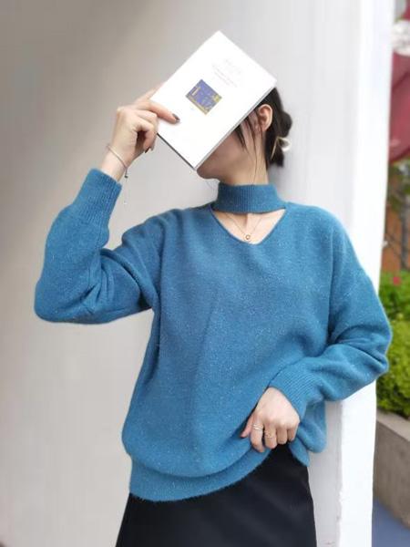 描刻(miaoke)女装品牌2020秋冬蓝色静谧优雅露锁骨毛衣