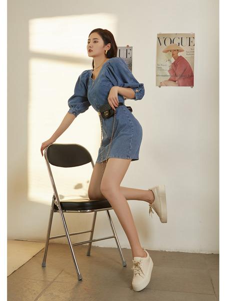 E+vonuol我的私人衣橱女装品牌2021春夏V领半袖修身牛仔连衣短裙