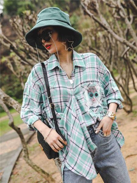 花螺女装品牌2021春夏绿色格纹不规则衬衫