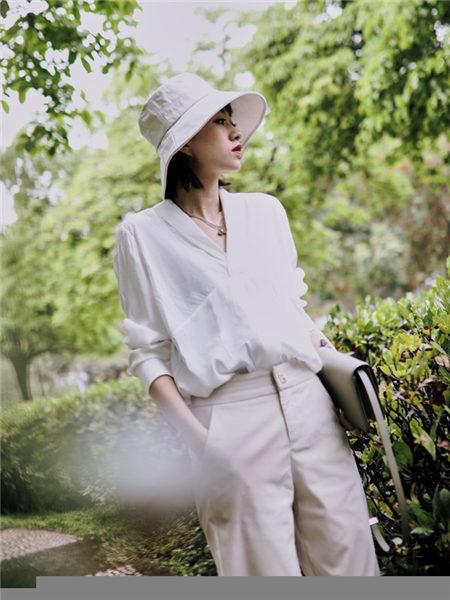花螺女装品牌2021春夏白色简约时尚上衣