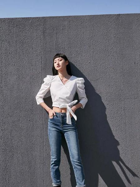 季候风女装品牌2021春夏白色不规则长袖