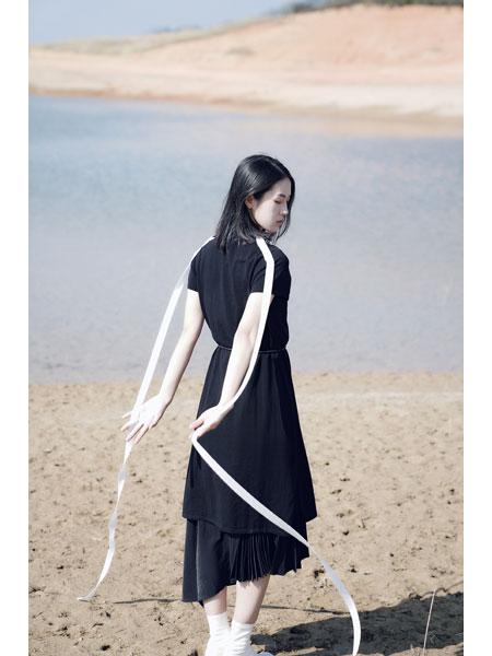 底色女装品牌2021春黑色俏皮连衣裙