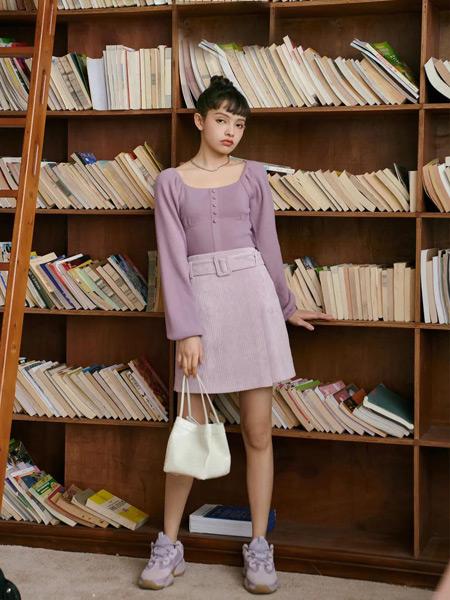 香蕉宝贝女装品牌2021春夏H领紫色套裙