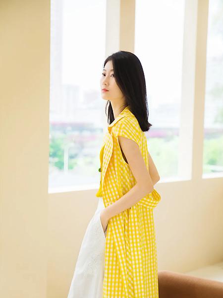 意澳女装品牌2021春夏黄色无袖大衣