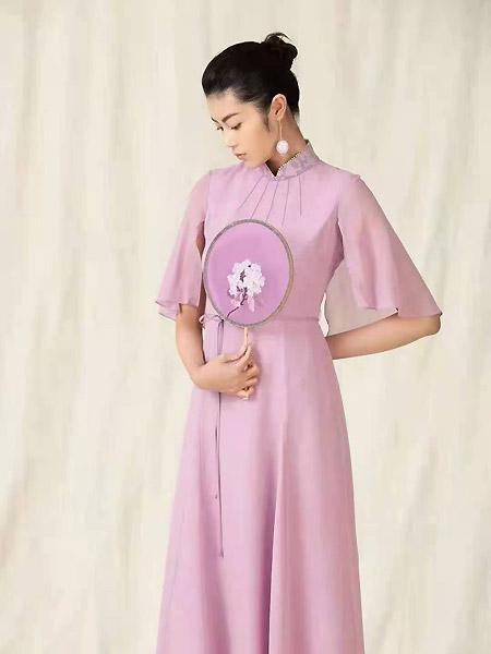 衡韵女装品牌2021春夏立领中国风粉色收腰长裙