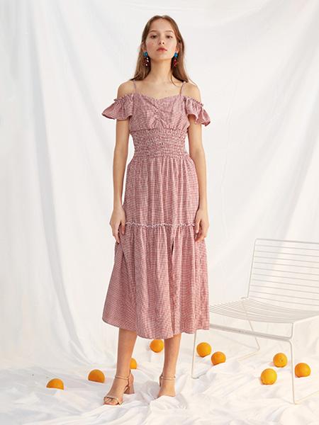 西遇-WESTLINK女装品牌2021春夏吊带露肩沙滩海边长裙