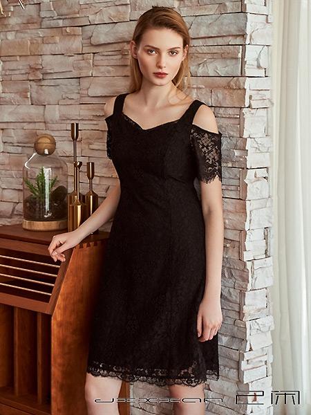己闲女装品牌2021夏季露肩蕾丝花边黑色短裙