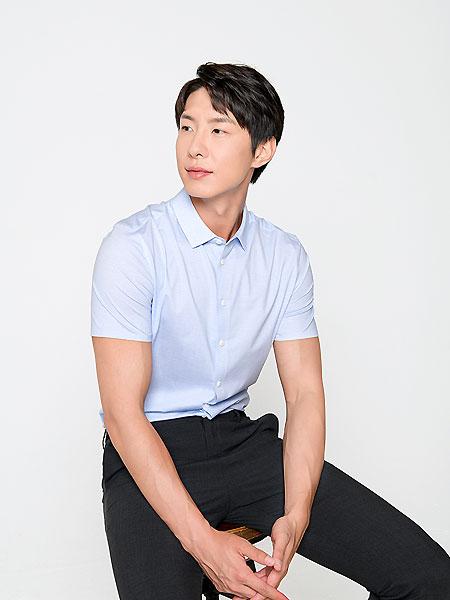 微奢零度男装品牌2021夏季免烫短袖衬衫浅蓝色职业上班衬衣男