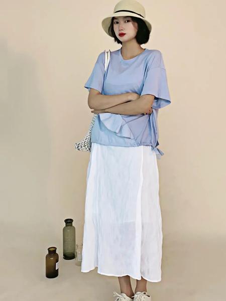 讀色女裝品牌2021夏季清新自然風淺藍色T恤搭配白裙
