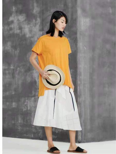 述忘女装品牌2021春夏黄色宽松圆领T恤