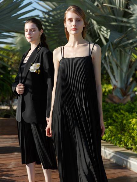 艾璞琪女装品牌彩38平台2021春夏吊带褶皱连衣裙