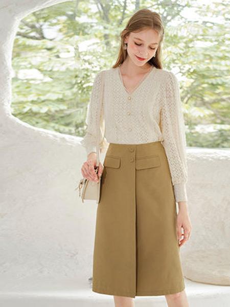 香影女装品牌2021秋季新款时尚花边米色洋气镂空长袖蕾丝衫
