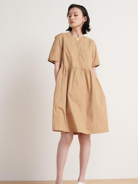 末未女装品牌2021夏季纯色阔型连衣裙