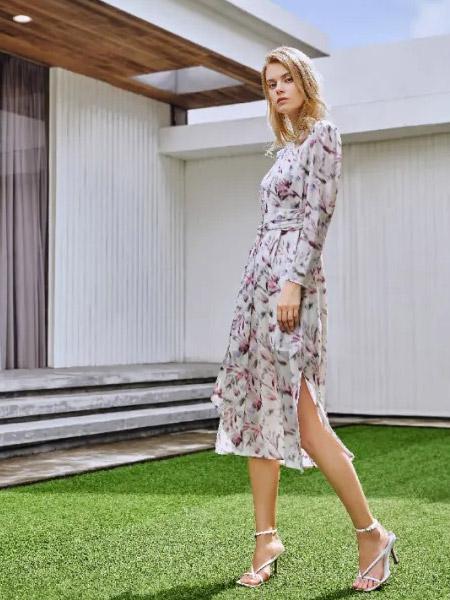 爱特爱女装品牌2021夏季印花修身分叉连衣裙