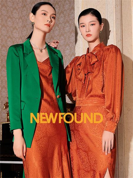紐方女裝品牌2021秋季純色系帶收腰分叉連衣裙