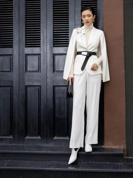 右立方女装品牌2021秋冬白色简约斗篷套装